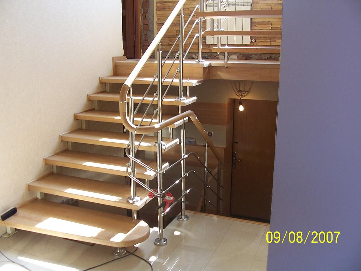 Деревянные лестницы на заказ в Краснодаре - 1 фото