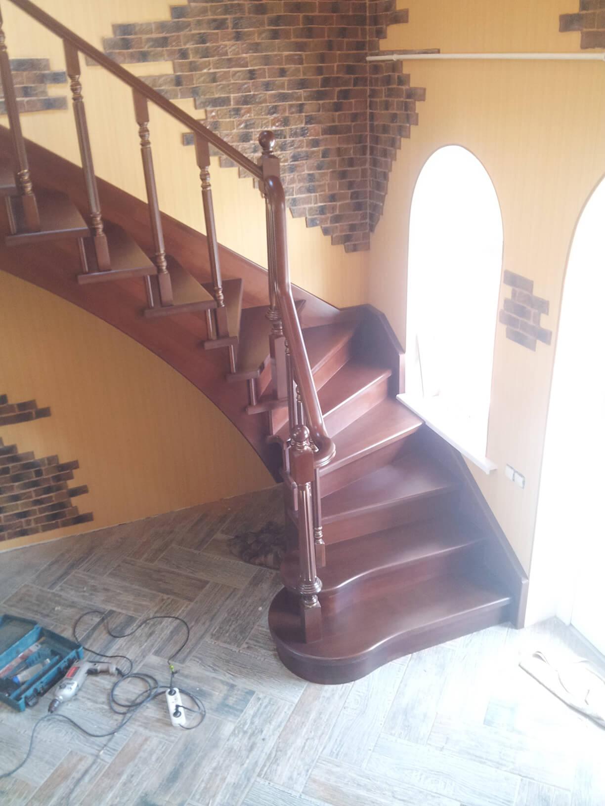 Деревянные лестницы на заказ в Краснодаре - 19 фото